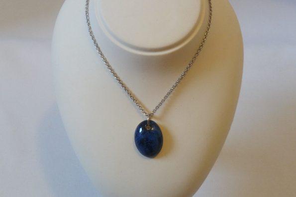 Collier ovale bleu nuit en céramique