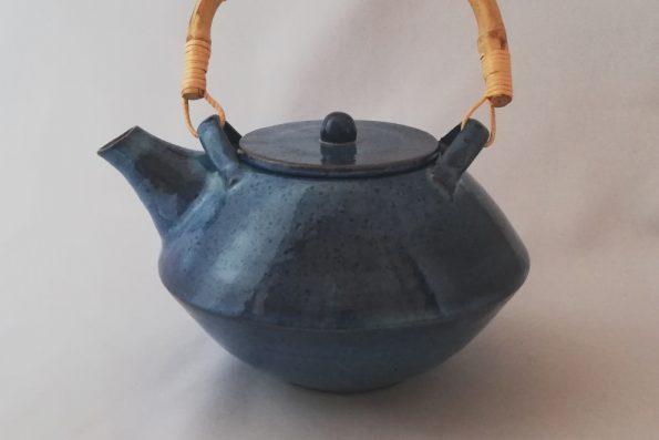 Théière aplatie bleue en céramique et anse en bambou