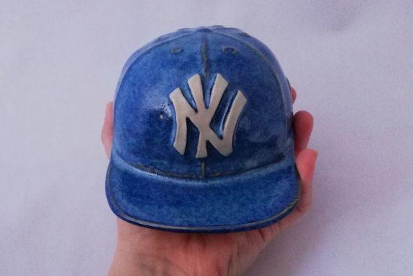 Casquette NY bleue et blanche en céramique